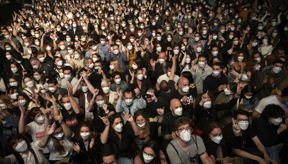Det er ingenting som tyder på at det ble spredt koronasmitte under testkonserten i Barcelona i mars, der 5.000 uvaksinerte mennesker deltok. De ble hurtigtestet samme dag, og hadde på seg munnbind under konserten, men ellers var det ingen krav om sosial distansering. Foto: Emilio Morenatti / AP / NTB