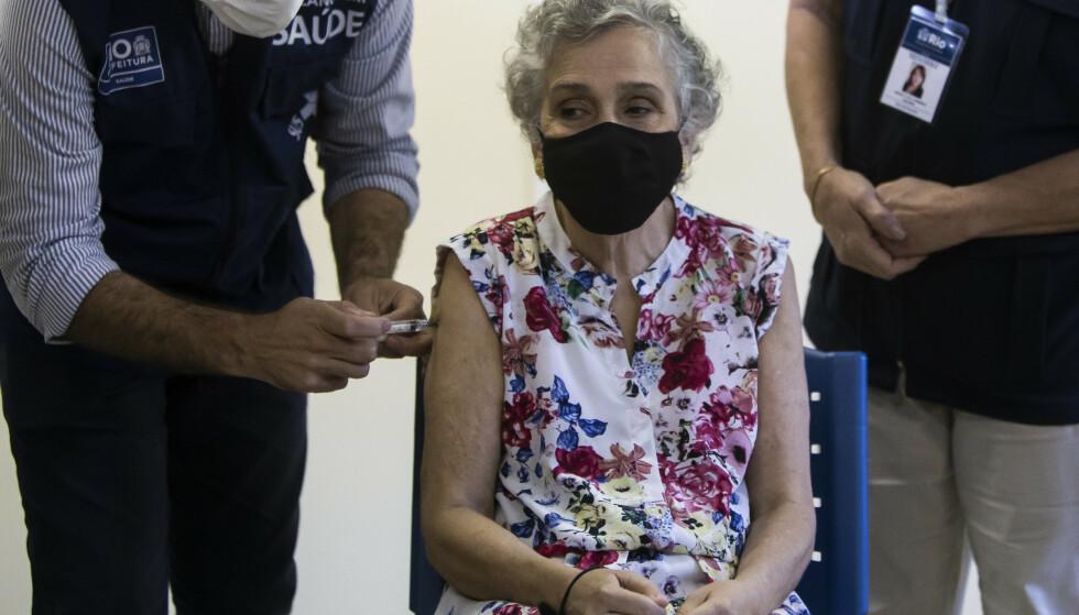 Brasilianske Olivia Assunção das Flores fikk sin dose med koronavaksine i Rio de Janeiro sist helg. Brasil er et av de land i verden som er hardest rammet av koronapandemien. Foto: AP / NTB