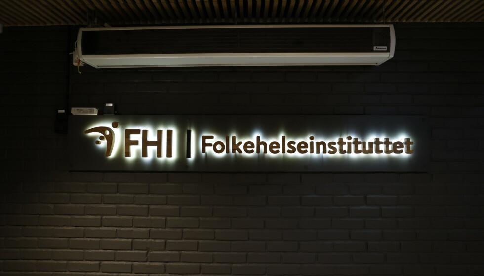 Folkehelseinstituttet skilt og logo. Foto: Jil Yngland / NTB