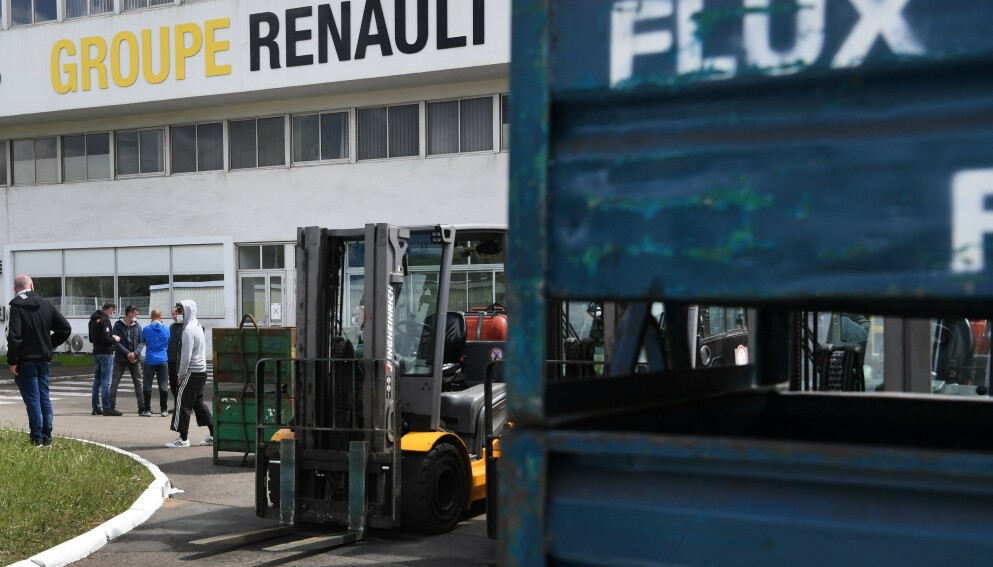 Ansatte ved bildelfabrikk protesterte og holdt sju sjefer innesperret i 12 timer. (Foto: AFP/NTB)