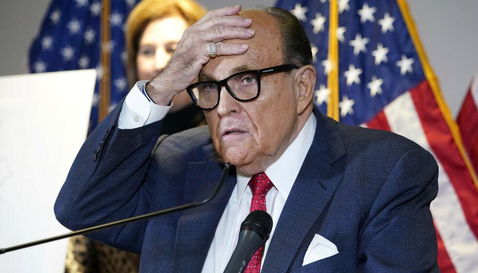 Rudy Giuliani, New Yorks tidligere borgermester og Donald Trumps personlige advokat, under en pressekonferanse ved Republikanernes hovedkvarter i Washington etter valgnederlaget i november i fjor. Foto: Jacquelyn Martin / AP / NTB