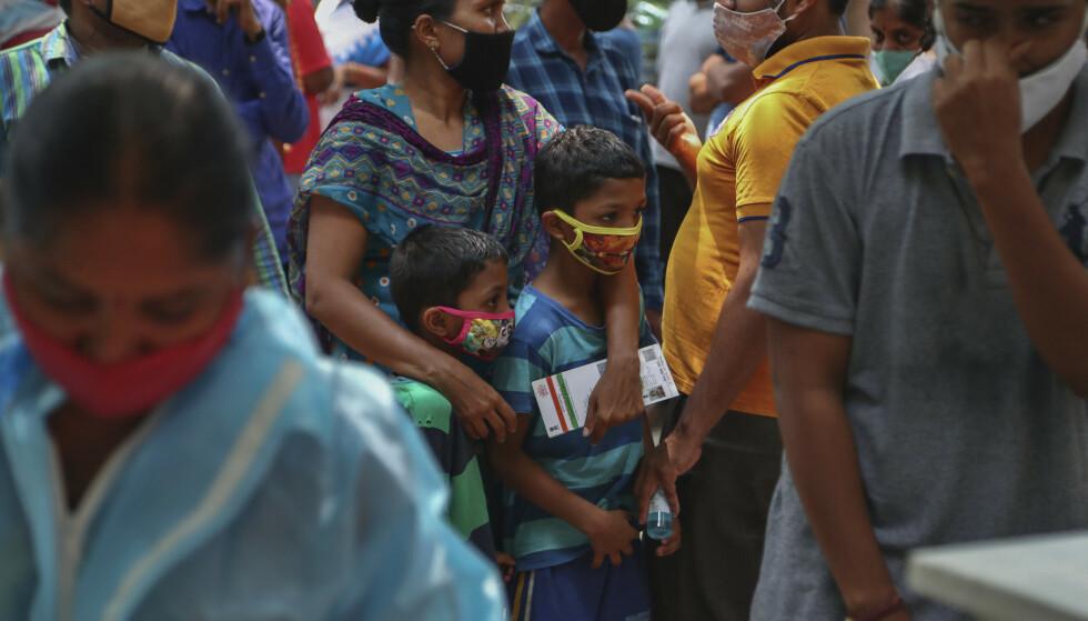 Indere venter på koronatest i byen Hyderabad. Foto: Mahesh Kumar A. / AP / NTB