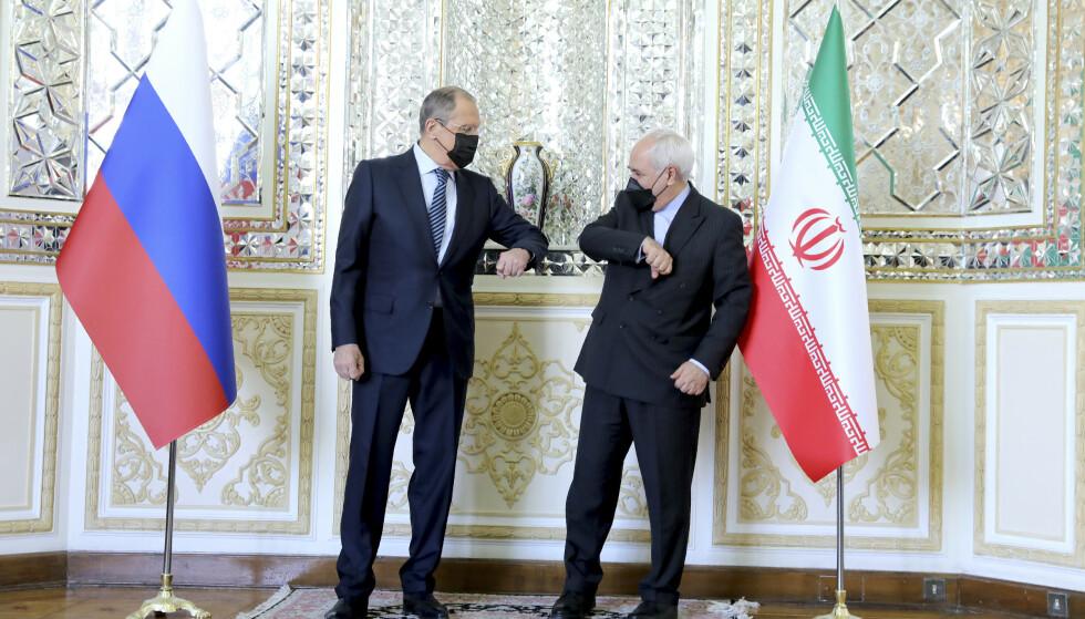 Irans utenriksminister Mohammad Javad Zarif fikk tidligere i april besøk av Russlands utenriksminister Sergej Lavrov i Teheran. I det lekkede lydopptaket hevder Zarif at Russland i sin tid ønsket å stanse atomavtalen som stormaktene spikret i 2015. Foto: Iranian Foreign Ministry via AP / NTB