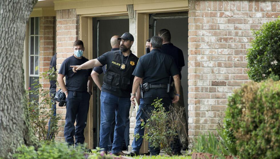 Politiet arbeider ved huset i Houston der det ble funnet mer enn 90 mennesker. Foto: Godofredo A. Vásquez / Houston Chronicle via AP / NTB