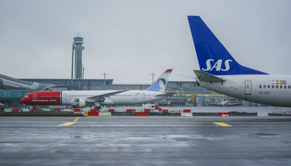 Gardermoen 20201221.  Et fly fra Norwegian av typen Boeing 787-9 Dreamliner  med reg. nr. G-CKWU og et SAS-fly av typen Boeing 737-76N med reg. nr. SE-RET på Oslo lufthavn. Foto: Stian Lysberg Solum / NTB