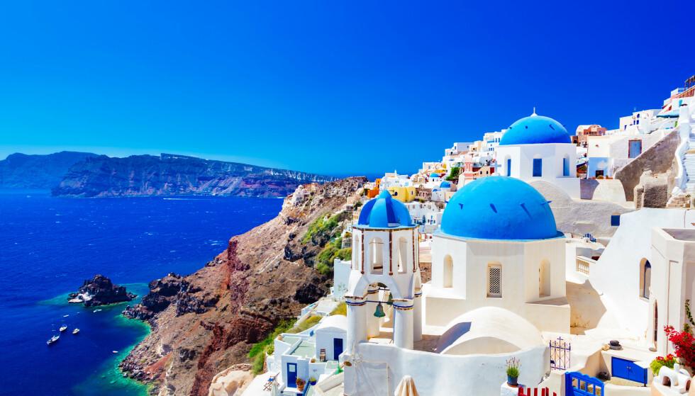 Nå åpner barer og restauranter i Hellas. Men det er kun lov å sitte utendørs, som her på Santorini. Foto: NTB scanpix / Shutterstock