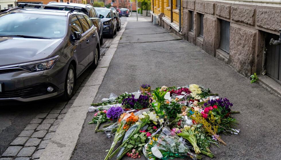 Blomster på fortauet i Tostrups gate på Frogner i Oslo, der Fevziye Kaya Sørebø ble skutt og drept onsdag i forrige uke. Foto: Håkon Mosvold Larsen / NTB