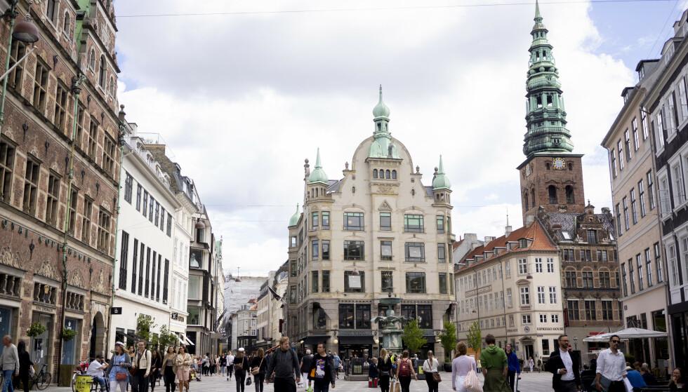 Det danske samfunnet gjenåpnes ytterligere torsdag. Her fra handlegaten Strøget i København sentrum. Foto: Fredrik Hagen / NTB