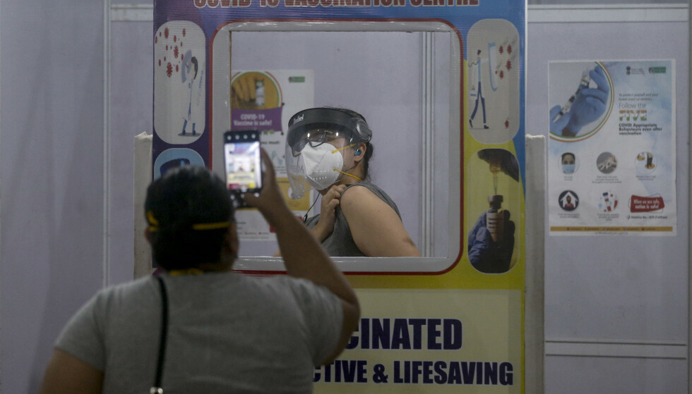 En kvinne får en etterlengtet vaksinedose i Mumbai. Foto: Rafiq Maqbool / AP / NTB