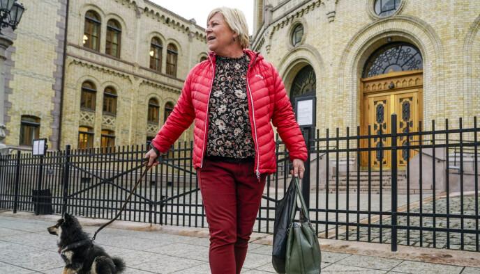 Om ikke lenge vil avtroppende Frp-leder Siv Jensen gå ut porten på Stortinget for siste gang. Et nytt kapittel i livet skal åpnes, sammen med blant andre hunden Karma (3 måneder). Foto: Lise Åserud / NTB