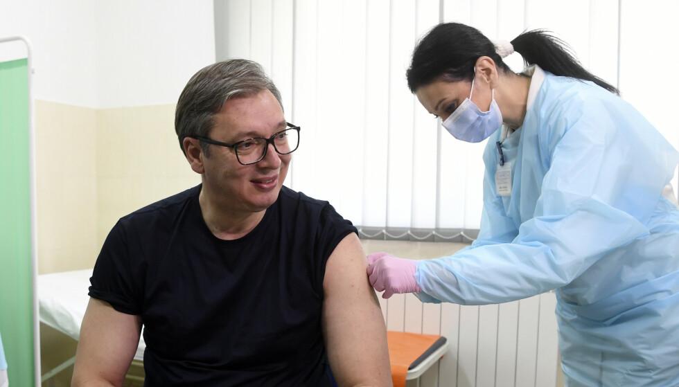 President Aleksandar Vucic fikk selv en dose av den kinesiske Sinopharm-vaksinen i begynnelsen av april. Foto: Serbiske myndigheter / AP / NTB