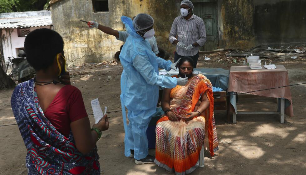 En kvinne testes for coronaviruset i Hyderabad i India. Foto: Mahesh Kumar A. / AP / NTB