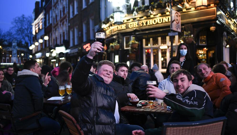 De siste ukene har britene igjen kunnet gå på pub etter at landet gjenåpnet store deler av samfunnet. Vaksineringen skyter fart, og en normal hverdag er i sikte, anslår landets vaksinesjef. Foto: Alberto Pezzali / AP / NTB