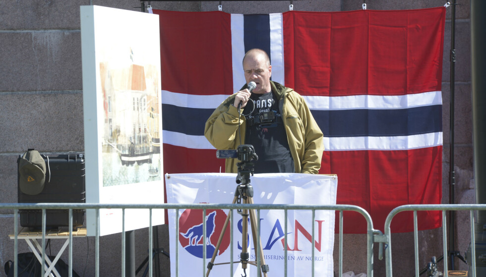 Sian-leder Lars Thorsen taler under markeringen på Eidsvolls plass i Oslo lørdag. Foto: Annike Byrde / NTB