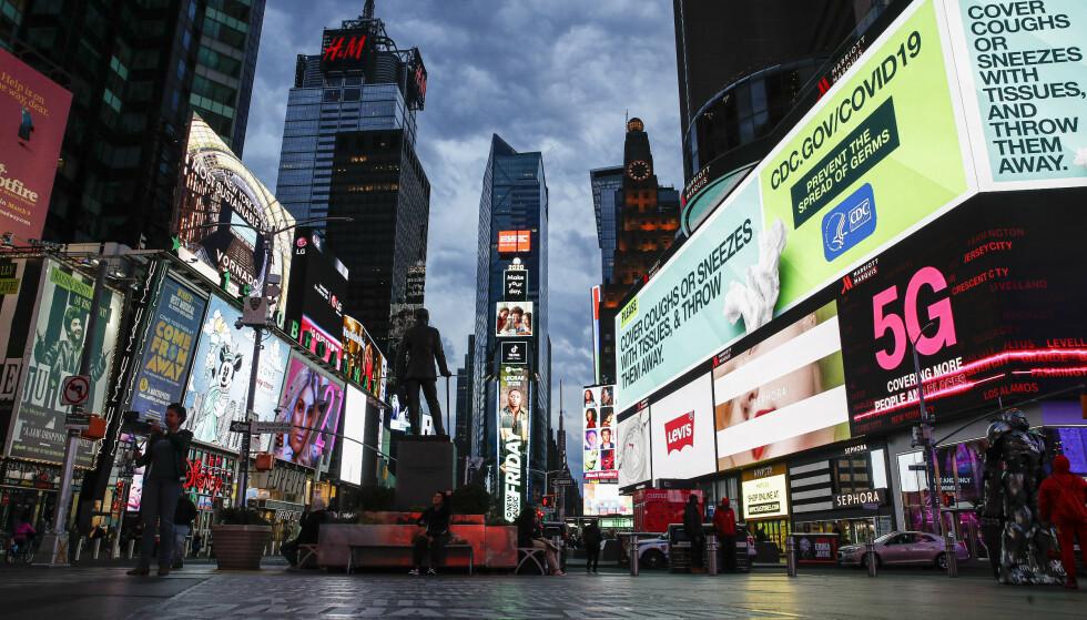 Lysreklamer på Times Square advarer mot koronaviruset framfor å reklamere for teaterstykker. Foto: John Minchillo / AP / NTB