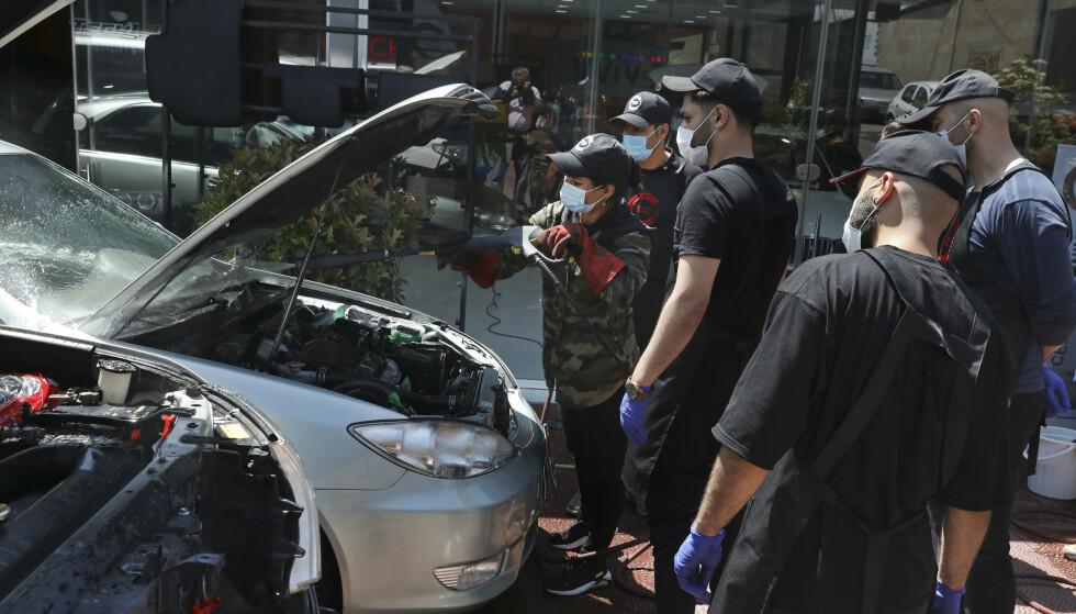 Bilpleier Maryam Roohani har fått stor oppmerksomhet i Iran for å velge et utradisjonelt kvinneyrke. Hun har hatt mye motbør, men er blitt en kjendis og har fått fast jobb i Teheran. Foto: AP/Vahid Salemi/NTB