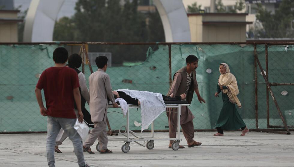 En såret skoleelev blir transportert bort etter angrepet vest i Kabul. Foto: Rahmat Gul / AP / NTB