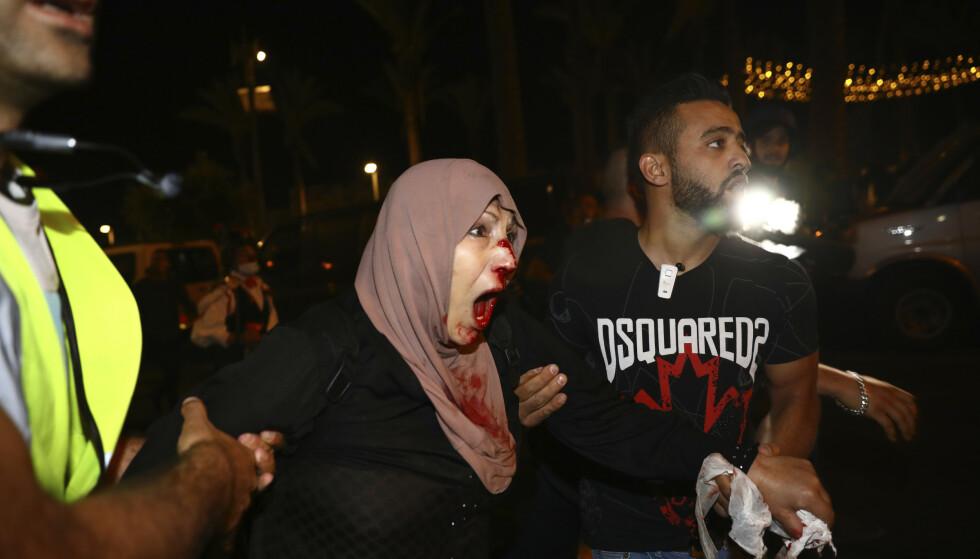 En skadd palestinsk demonstrant får hjelp i bydelen Sheikh Jarrah i Øst-Jerusalem. Foto: Oded Balilty / AP / NTB