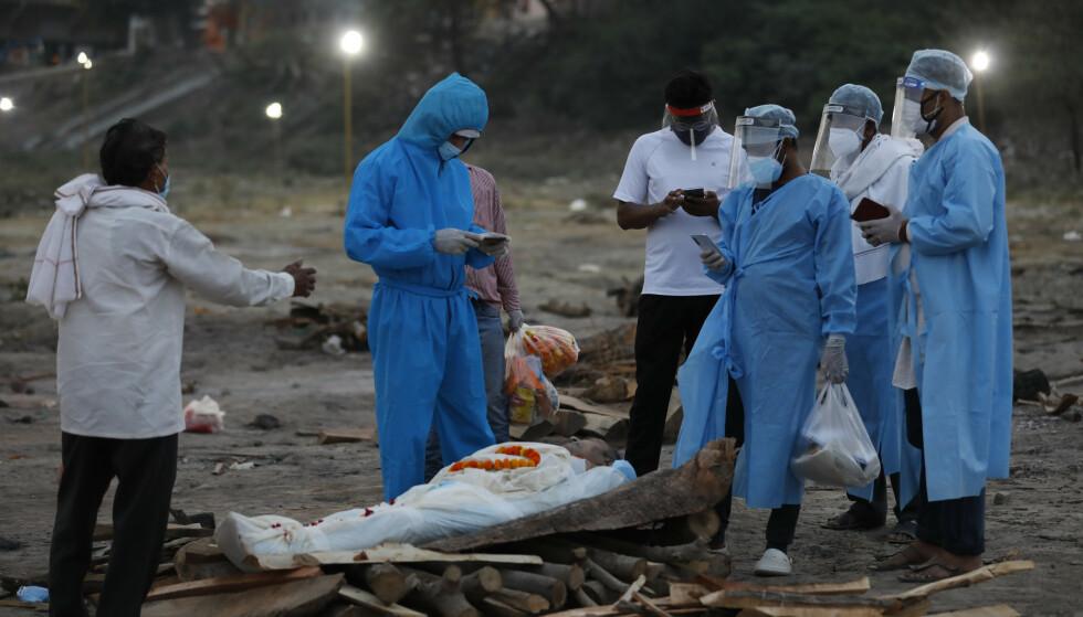 Ikke alle har som disse på bildet, råd eller mulighet til å kremere sine kjære som er døde i pandemien i India. Flere blir rett og slett dumpet i Ganges. Foto: AP / NTB