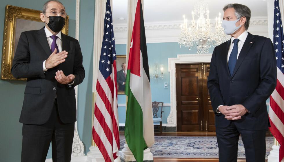 USAs utenriksminister Antony Blinken (t.h.) diskuterte mandag den spente situasjonen i Jerusalem med sin jordanske motpart Ayman Safadi (t.v.). Foto: AP / NTB
