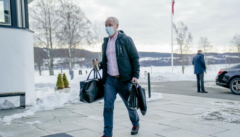 Finansminister Jan Tore Sanner (H) lover mer til mange når han legger fram regjeringens forslag til revidert nasjonalbudsjett tirsdag. Her ankommer han budsjettkonferansen Hurdalssjøen i mars. Foto: Stian Lysberg Solum / NTB