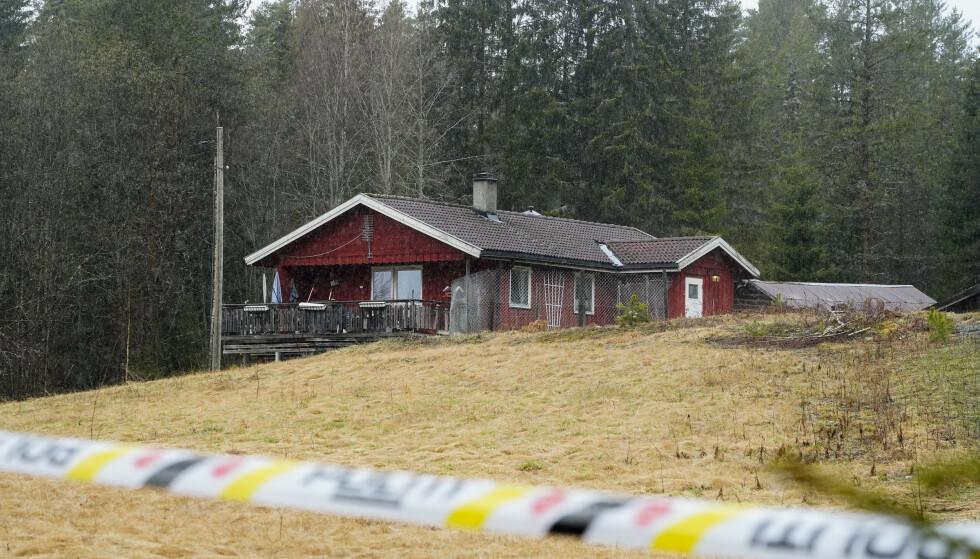 Politet har satt opp sperringer og startet etterforskning etter at en mann i slutten av 70-årene ble funnet død i sin bolig på Veme nordvest for Hønefoss fredag 7. mai. Foto: Terje Pedersen / NTB