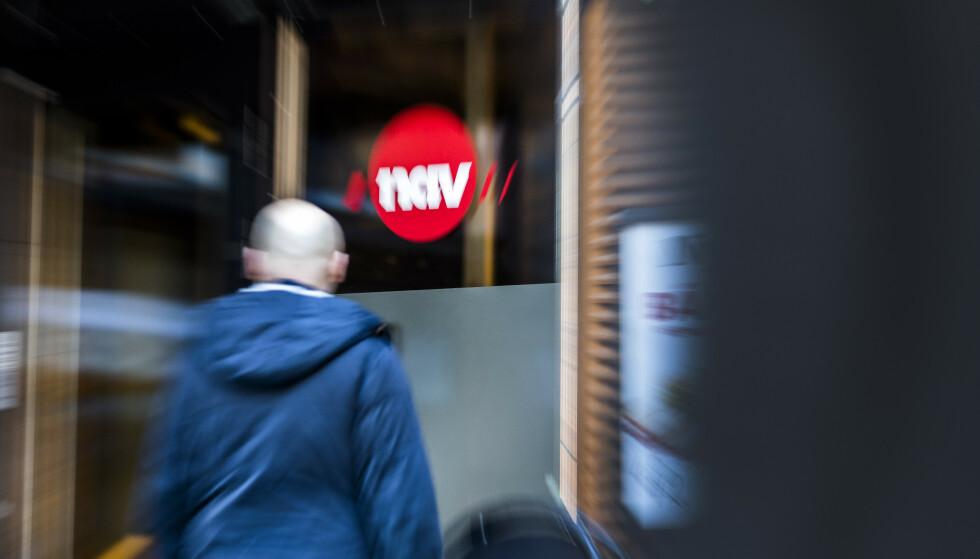Illustrasjonsbilder: En mann utenfor med et NAV skilt. Foto: Gorm Kallestad / NTB