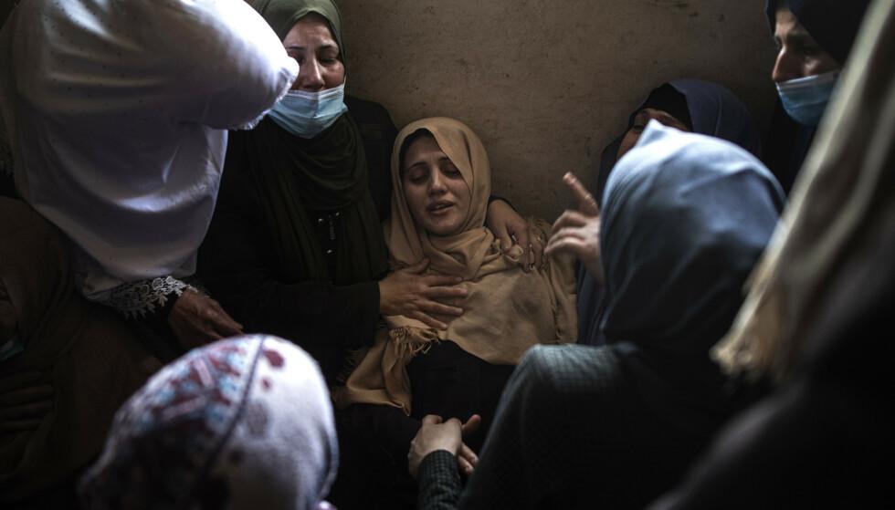 Slektninger sørger over 11 år gamle Hussain Hamad, som ble drept i et israelsk angrep mot Beit Hanoun på Gazastripen. Foto: AP / NTB