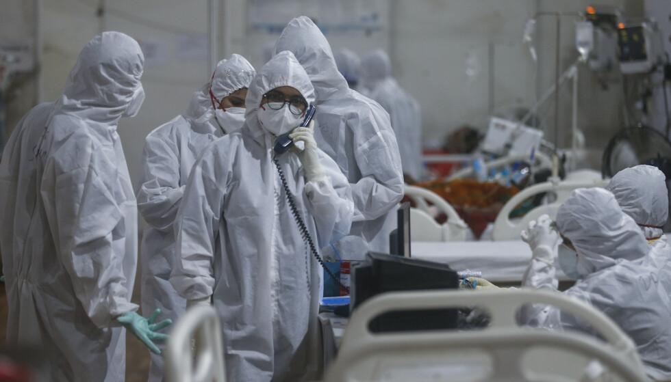 Helsepersonell i Mumbai, India strever med mange syke av covid-19. Nye tall viser at den indiske mutasjonen av koronaviruset nå er spredt til minst 44 land verden over. Foto: Rafiq Maqbool / AP / NTB