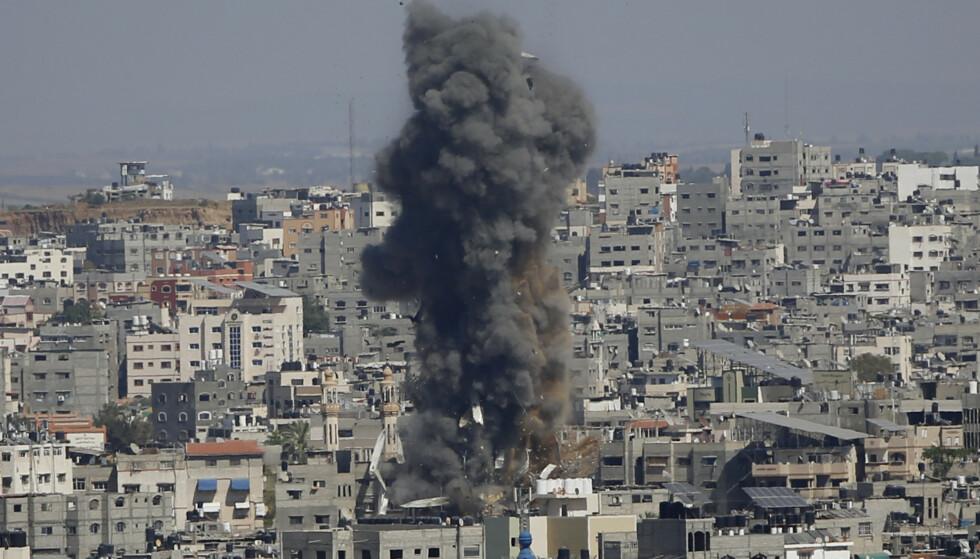 Røyk stiger etter et israelsk bombeangrep mot Gaza by. Foto: Hatem Moussa / AP / NTB