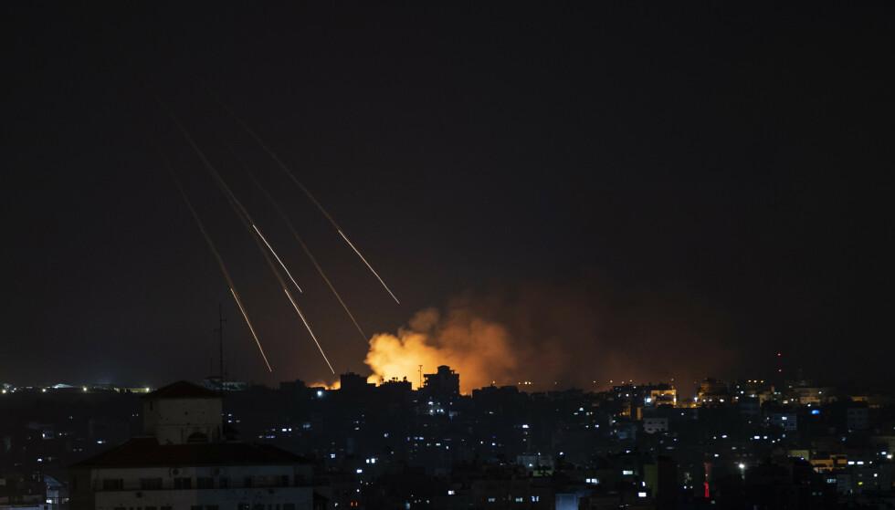 Røyk stiger opp fra Gaza by etter et israelsk angrep torsdag kveld. Foto: Khalil Hamra / AP / NTB
