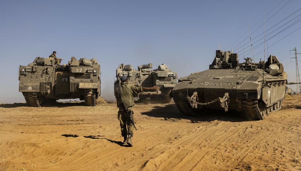Israelske soldater med panservogner på grensen mot Gazastripen. Så langt har ikke Israel gått inn med bakkestyrker i det palestinske området, slik det ble meldt sent torsdag kveld. Foto: Tsafrir Abayov / AP / NTB