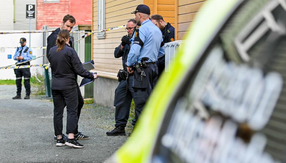 Politiet på åstedet etter at en mann ble funnet død i en leilighet i på Lademoen i Trondheim lørdag morgen. En mann ble pågrepet på stedet. Foto: Joakim Halvorsen / NTB