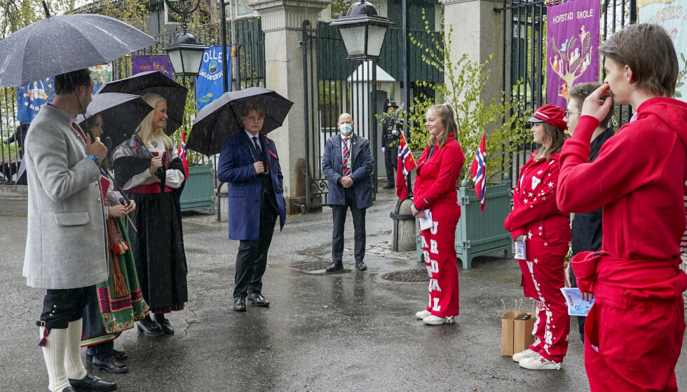 Kronprinsfamilien snakket med russen mandag formiddag. Foto: Lise Åserud / POOL / NTB