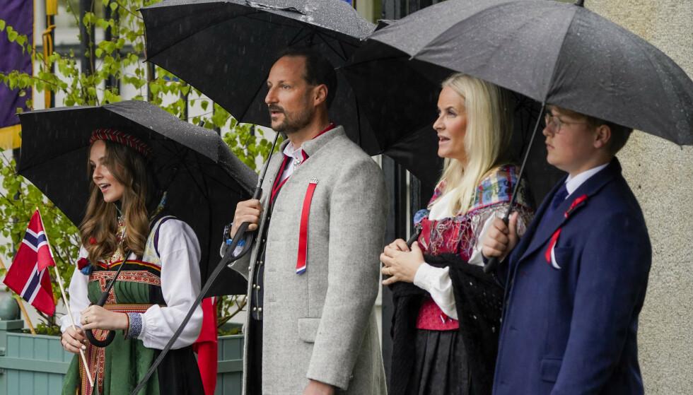 Prinsesse Ingrid Alexandra, kronprins Haakon, kronprinsesse Mette-Marit og prins Sverre Magnus under 17. mai feiring på Skaugum i Asker. På grunn av koronapandemien er det i år en annerledes feiring av nasjonaldagen. Foto: Lise Åserud / POOL / NTB