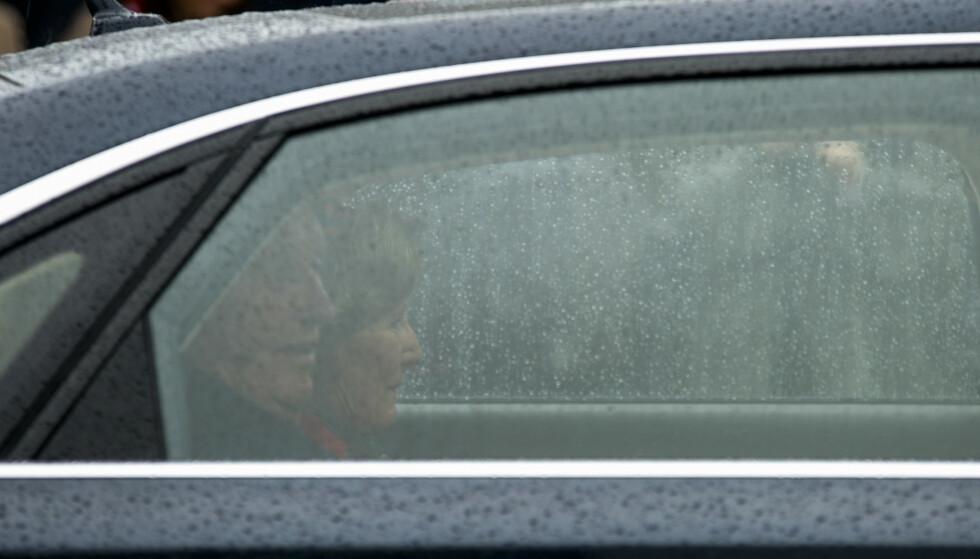 Kong Harald og dronning Sonja kjører forbi Sagenehjemmet i Oslo. Foto: Annika Byrde / NTB