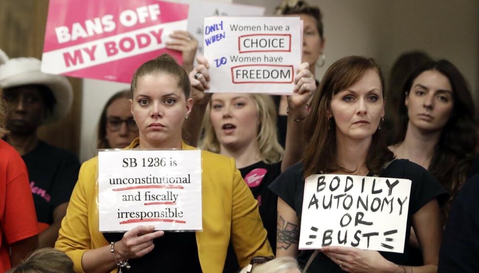Demonstranter markerer sin misnøye i Senatet mot et lovforslag som forbyr abort etter at fosterets hjerteslag kan høres. Foto: Mark Humphrey / AP / NTB