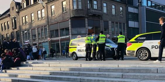 Image: Flere hundre ungdommer aggressive mot politiet: - Kaster flasker og stein
