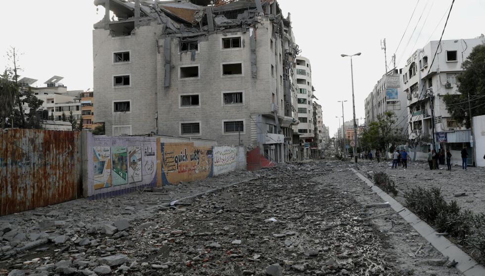 En helseklinikk var blant bygningene som ble rammet av mandagens angrep på Gaza. Angrepene fortsatte natt til tirsdag. Foto: Adel Hana / AP / NTB
