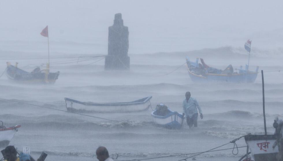Fiskere prøver å få båtene sine i sikkerhet mens syklonen Tauktae er i ferd med å treffe kysten ved Mumbai. Foto: Rafiq Maqbool / AP / NTB