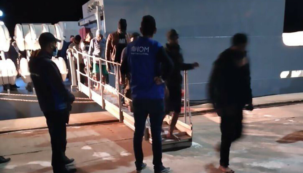 Migranter går i land i Tunisia sent mandag kveld, viser dette bildet fra Den internasjonale organisasjonen for migrasjon (IOM). Dagen etter opplyste tunisiske myndigheter at over 50 mennesker har druknet etter at en migrantbåt forliste utenfor landets kyst. Foto: IOM Tunisia via AP / NTB