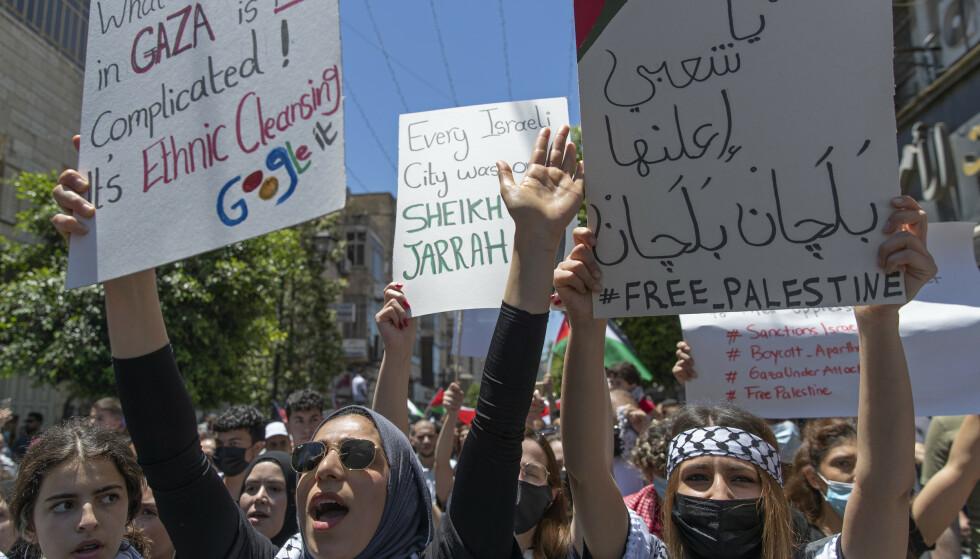 Palestinske kvinner roper slagord i en demonstrasjon mot Israel under generalstreik i Ramallah på den okkuperte Vestbredden tirsdag. Foto: Nasser Nasser / AP / NTB
