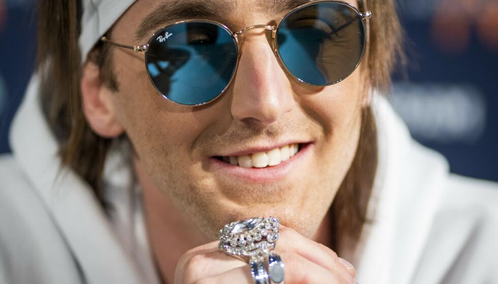 Tix med brillene som han har blitt kjent for å bruke. Under tirsdagens show tar han dem av under mellomspillet på «Fallen Angel». Foto: Heiko Junge / NTB