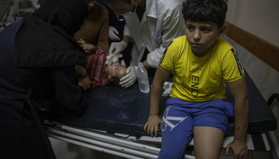 Et palestinsk barn behandles på Shifa-sykehuset i Gaza by, kort tid etter at israelske kampfly bombet gata utenfor. Foto: AP / NTB