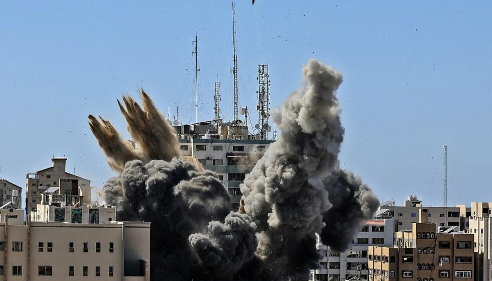 Lørdag bombet Israel et høyhus i Gaza by. Ingen ble drept eller såret i angrepet, men siden 10. mai er 219 palestinere blitt drept, ifølge tall onsdag. Tolv er drept på israelsk side. Foto: Mahmud Hams / pool via AP / NTB