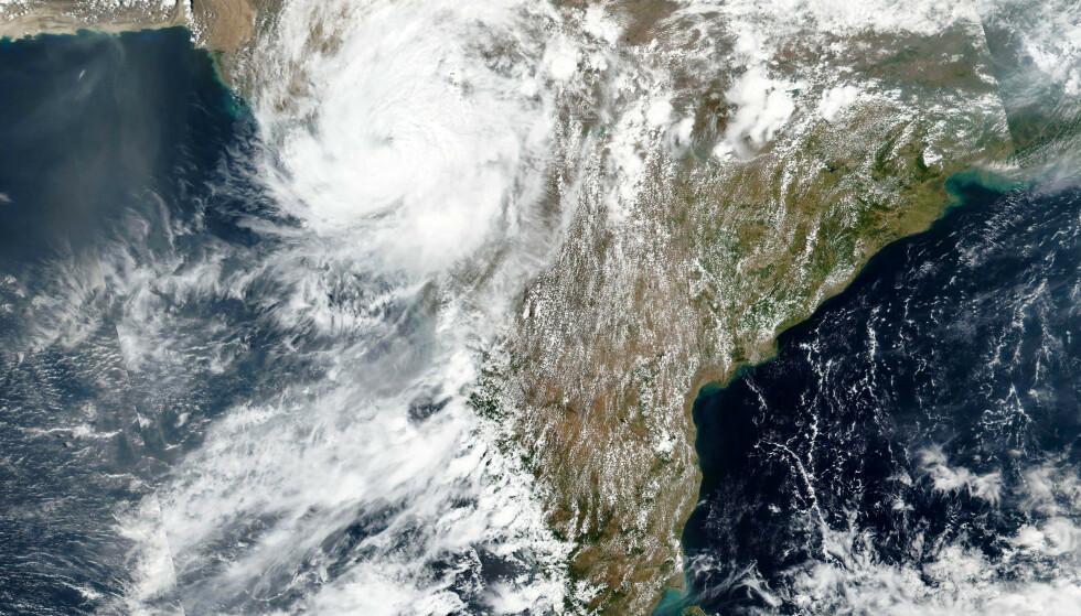 Syklonen Tauktae avbildet fra en satellitt tirsdag. Foto: NASA Worldview, Earth Observing System Data and Information System (EOSDIS) via AP / NTB
