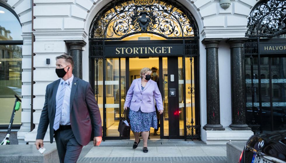 Statsminister Erna Solberg, her på vei ut fra Stortingets høring om Bergen Engines-salget tidligere i vår. Foto: Berit Roald / NTB
