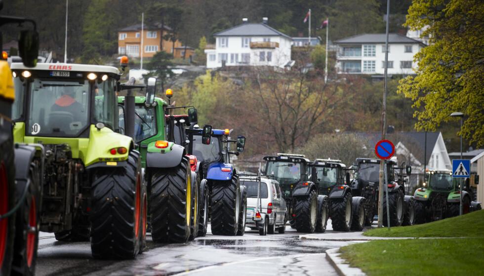 Lange kortesjer med traktorer har vært en del av bøndenes protest mot regjeringens tilbud i jordbruksoppgjøret. Her fra Sandefjord. Foto: Trond Reidar Teigen / NTB
