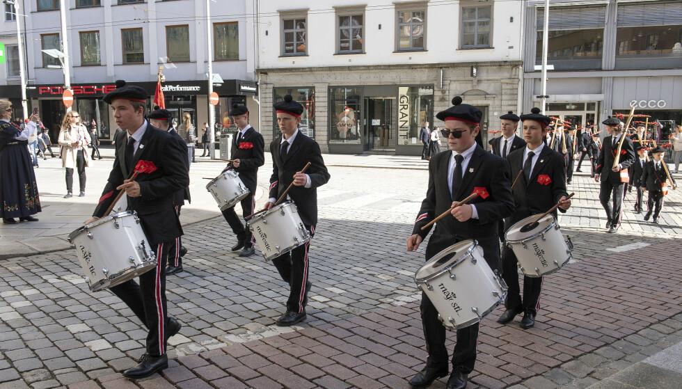 Buekorpset marsjerer under 17. mai-feiringen i Bergen. Nå har 900 personer som besøkte restaurantkomplekset Zachariasbryggen fått sms-varsel etter at en ansatt testet positivt for korona. Foto: Marit Hommedal / NTB