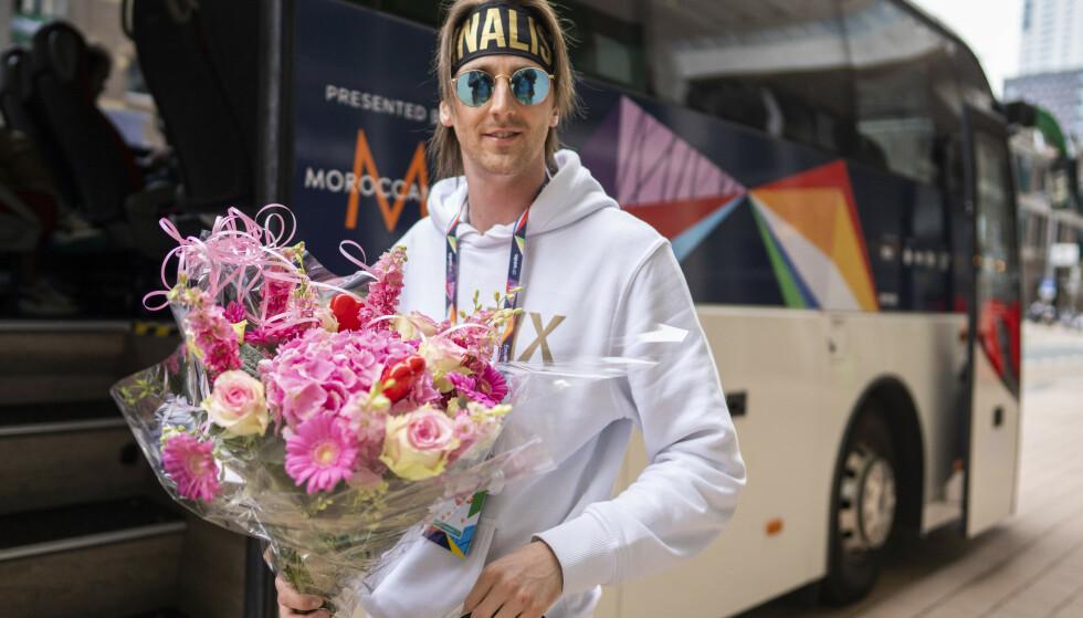 Tix og resten av den norske delegasjonen reiste torsdag ettermiddag til Eurovision-arenaen for koronatesting. Med seg hadde artisten er lekker blomsterbukett. Foto: Heiko Junge / NTB